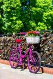 Розовый велосипед стоя на мосте влюбленности Стоковое Изображение RF