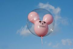 Розовый воздушный шар мыши Mickey с голубым небом Диснейлендом Стоковые Изображения