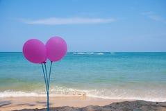 Розовый воздушный шар на пляже и голубом небе стоковая фотография