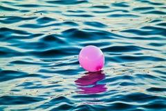 Розовый воздушный шар перемещаясь на море Стоковая Фотография RF