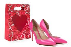 Розовый высокий холм обувает около красной и розовой подарочной коробки Стоковые Изображения