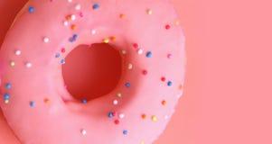 Розовый донут на розовой предпосылке Стоковые Изображения RF