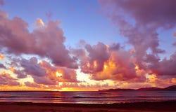 Розовый заход солнца в береговой линии Alghero Стоковые Изображения