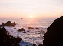 Розовый заход солнца на скале Калифорнии Стоковая Фотография RF