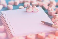 Розовый зефир формы сердца для темы влюбленности и backgr валентинки Стоковое фото RF