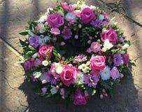 Розовый и белый похоронный венок стоковое изображение