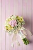 Розовый и букет цвета слоновой кости свадьбы на розовой деревянной предпосылке, подарке на праздники и торжестве Стоковые Изображения RF