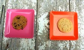 Розовый и оранжевый квадрат с плитами с печеньями Стоковые Изображения RF