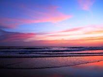 Розовый и фиолетовый заход солнца над океаном Стоковые Изображения RF