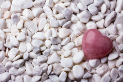 Розовый камень сердца на предпосылке камня курорта Стоковая Фотография RF
