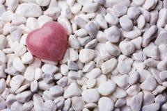 Розовый камень сердца на предпосылке камня курорта Стоковое фото RF