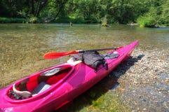 Розовый каяк на реке Yakima стоковая фотография