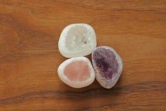 Розовый кварц, аметист, горный хрусталь, закоптелый кварц Собрание естественных камней минералов на предпосылке естественной древ стоковая фотография rf