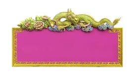 Розовый китайский знак с золотым изолированным драконом стоковые фотографии rf