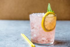 Розовый коктеиль с задавленными льдом, мятой и лимоном Стоковые Фото