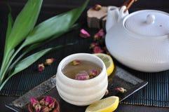 Розовый комплект чая на предпосылке Стоковое фото RF