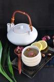 Розовый комплект чая на черной предпосылке Стоковая Фотография