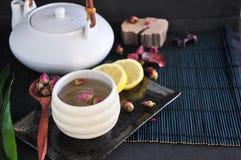 Розовый комплект чая с лимоном на черной предпосылке Стоковые Изображения