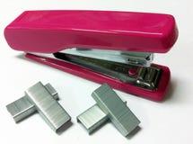 Розовый крупный план сшивателя и зажимов Стоковое фото RF