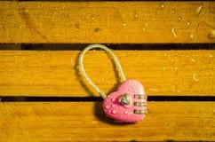 Розовый ключ для всех замков в форме сердца стоковые изображения rf