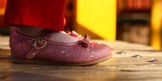 розовый малыш sparkle ботинок стоковое фото