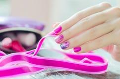 Розовый маникюр с sparkles и цветком Стоковые Фотографии RF