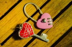 Розовый мастер в ключе формы сердца и красном ключе сердца стоковое изображение