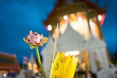 Розовый лотос и ладан для предпосылки Будды и нерезкости Стоковая Фотография