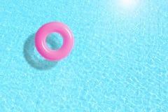 Розовый поплавок кольца бассейна в открытом море Стоковое фото RF
