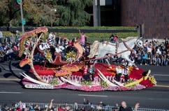 Розовый поплавок парада с лошадью и санями Стоковое Фото