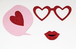 Розовый пузырь речи с красными сердцем, стеклами и губами яркого блеска Стоковые Изображения