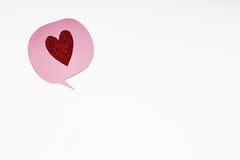 Розовый пузырь речи с красным сердцем яркого блеска Стоковое фото RF