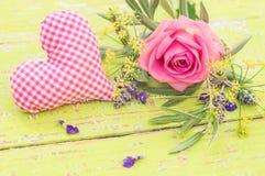 Розовый пук цветков с розовым сердцем влюбленности на день матерей или валентинок Стоковое Фото