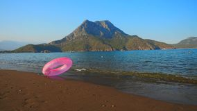 Розовый раздувной круг на пляже сток-видео
