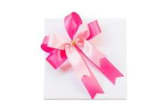 Розовый смычок ленты и белый изолят подарочной коробки на белизне с Clippin Стоковое Фото