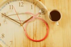 Розовый стетоскоп медицинские инструменты с горячим временем кофе стоковые изображения rf
