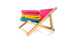 Розовый стул пляжа с полотенцами стоковые фотографии rf