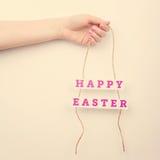 Розовый счастливый знак текста пасхи на веревочке Стоковое Изображение RF