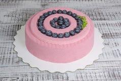 Розовый торт мусса велюра шоколада моркови с голубикой Стоковые Изображения RF