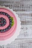 Розовый торт мусса велюра шоколада моркови с голубикой Стоковое Изображение RF