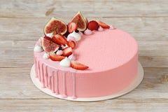 Розовый торт мусса с поливой и merinques зеркала Стоковое фото RF