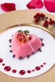 Розовый торт студня в форме сердца с красными ягодами и шоколадом дальше Стоковое фото RF