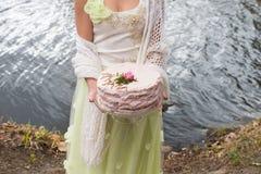 Розовый торт с поднял в руку невесты стоковое изображение