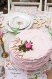 Розовый торт с поднял стоковые изображения rf
