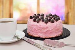 Розовый торт с черными смородинами Стоковая Фотография