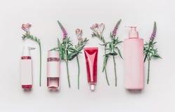 Розовый травяной естественный лицевой косметический комплект продуктов с травами и цветками на белой предпосылке стоковые фото