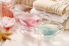 Розовый установленный курорт: жидкостное мыло, надушенное свечи, полотенце и розовое море Стоковое Изображение RF