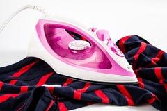 Розовый утюг с рубашкой Стоковое Фото