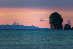 Розовый фиолетовый заход солнца на островах Таиланде Phi Phi стоковое изображение rf