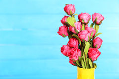 Розовый цветок на вазе, на голубой предпосылке Стоковая Фотография